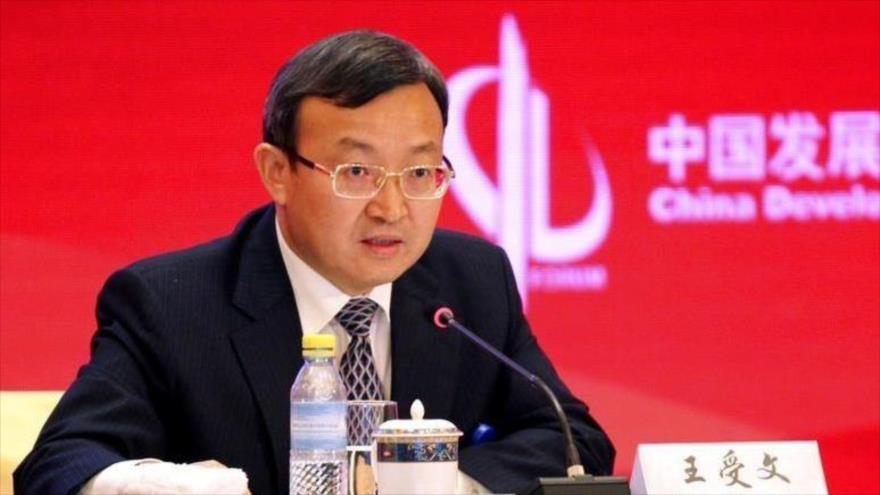 El viceministro chino de Comercio, Wang Shouwen, ofrece un discurso en un foro comercial en Pekín, capital, 25 de marzo de 2018.