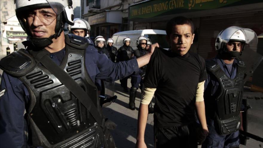 Fuerzas bareníes detienen a un manifestante durante las protestas antigubernamentales.