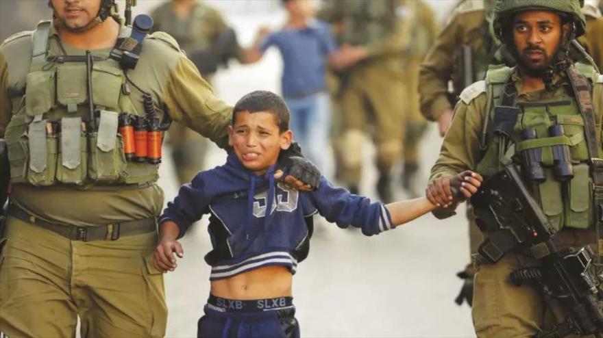 Fuerzas israelíes detienen a un niño palestino en la localidad de Al-Jalil (Hebrón).