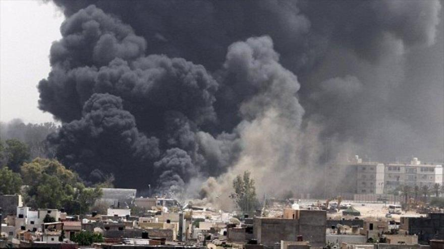 Una columna de humo negro sale de un lugar atacado por los aviones de la OTAN en Libia en 2011.