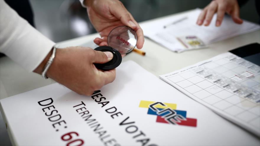 Un venezolano residente en Madrid (España), ejerce su derecho a voto, 20 de mayo de 2018.