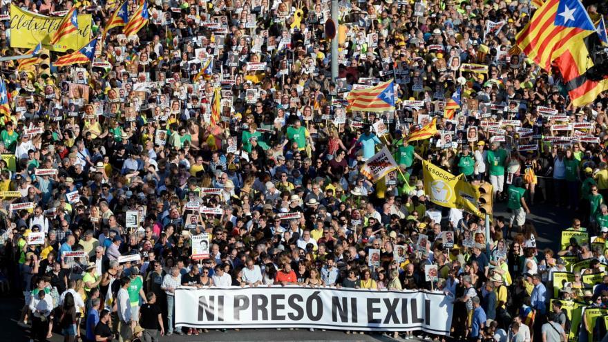 Miles de catalanes reclaman libertad de líderes independentistas
