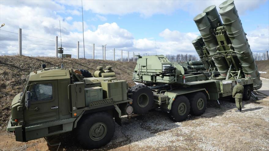 Unidades de lanzaderas móviles del sistema antiaéreo ruso S-400 Triumf.