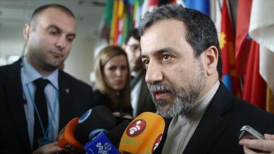 El vicecanciller de Irán para Asuntos Políticos, Seyed Abás Araqchi, habla con la prensa en Viena, 24 de febrero de 2015.