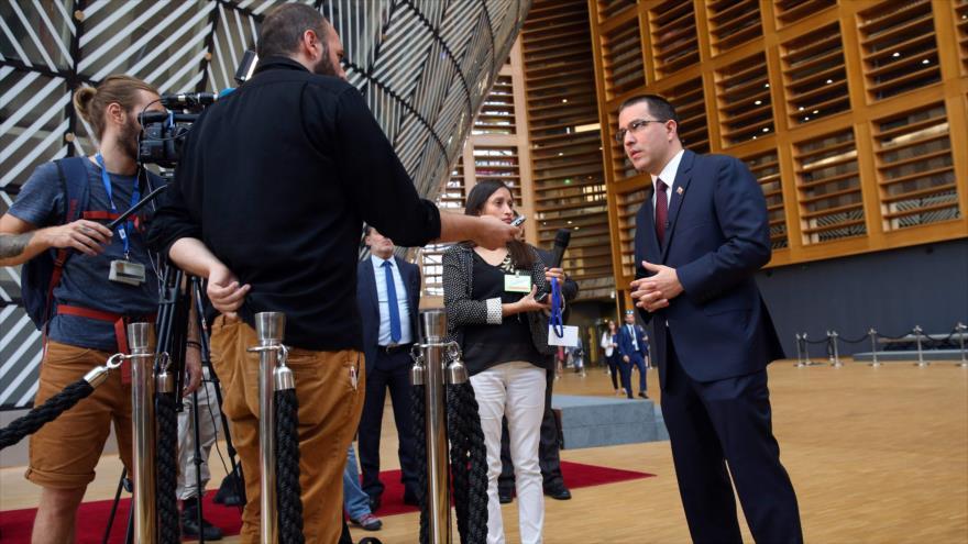 El canciller de Venezuela, Jorge Arreaza, habla con la prensa, durante su participación en la II reunión de la Celac y la UE celebrada en Bélgica, 17 de julio de 2018.