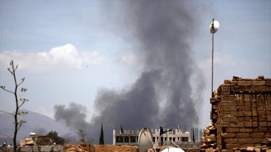 Columna de humo provocado tras los ataques aéreos de la coalición de Arabia Saudí y sus aliados contra Saná, la capital yemení, 5 de abril de 2018.
