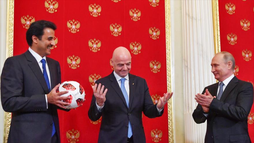 De dcha. a izq.: El presidente ruso, Vladimir Putin, el presidente de la FIFA, Gianni Infantino y el emir de Catar, Tamim bin Hamad Al Thani.