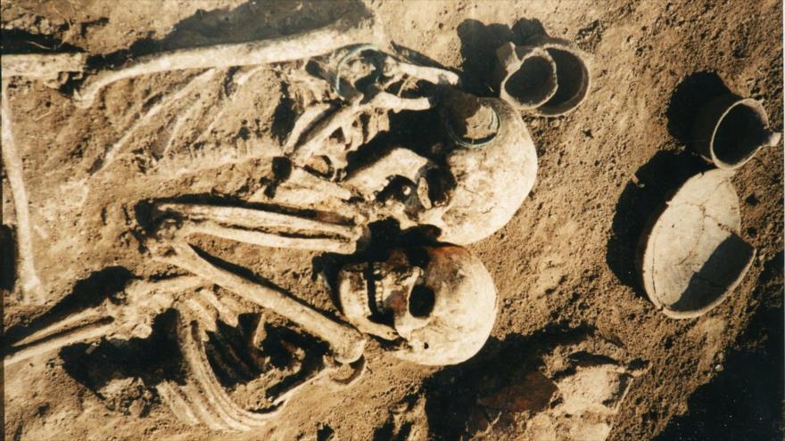 Foto muestra restos de una pareja de hace 3000 años, sepultada abrazada.