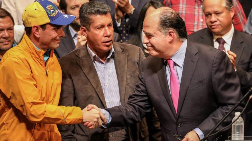 El dirigente opositor Henrique Capriles (izq.), junto a otros opositores venezolanos en una reunión celebrada en Caracas, 3 de julio de 2017.