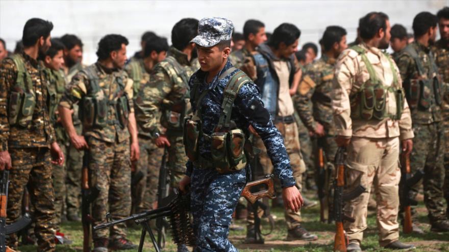 Los milicianos de las llamadas Fuerzas Democráticas Sirias (FDS), entrenados por EE.UU., reunidos en la ciudad siria de Al-Raqa, 6 de marzo de 2018.