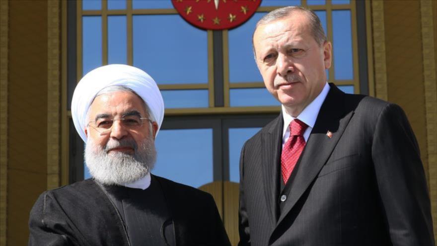 El presidente iraní, Hasan Rohani (izda.), y su par turco, Recep Tayyip Erdogan, en Ankara (capital turca), 4 de abril de 2018.