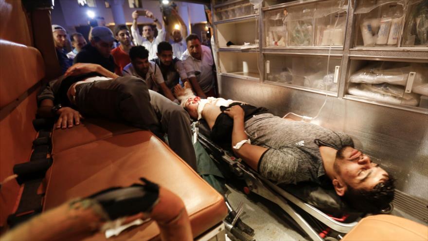 Un herido palestino es llevado a un hospital en la ciudad de Gaza después de ataques de Israel al enclave costero palestino, 20 de julio de 2018.