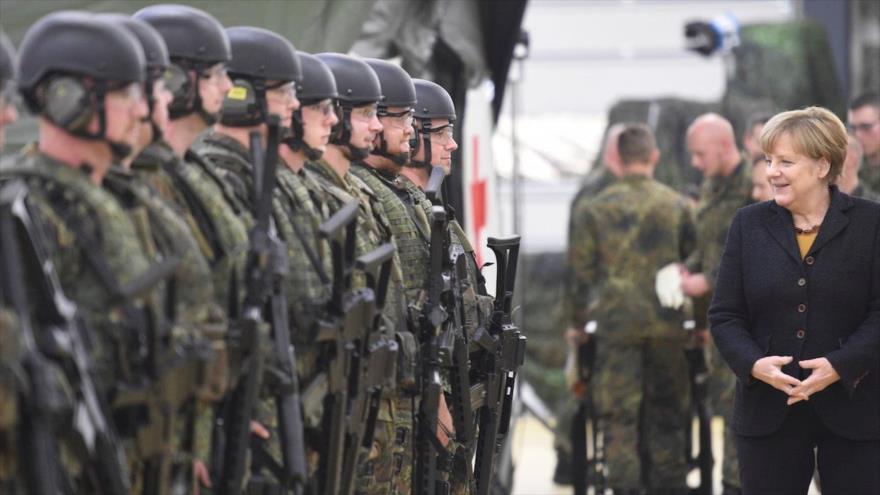 La canciller alemana, Angela Merkel, se reúne con miembros del Bundeswehr en un cuartel en Alemania.
