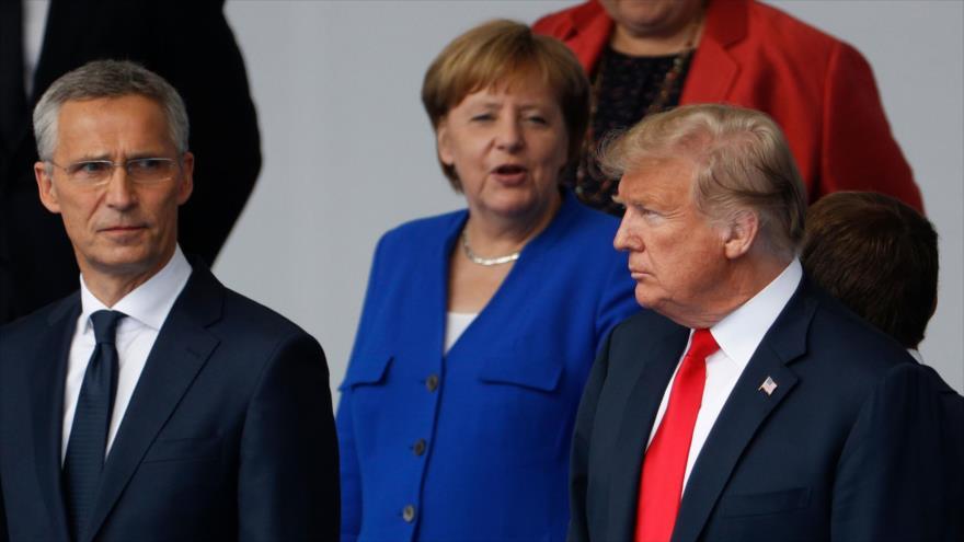 El presidente de EE.UU., Donald Trump (dcha.); la Canciller alemana, Angela Merkel; y el jefe de OTAN, Jens Stoltenberg, en Bruselas, 11 de julio de 2018.