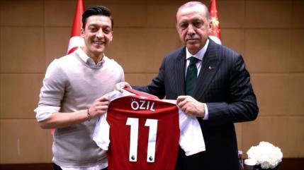 Mesut Özil se retira de selección de Alemania por trato 'racista'