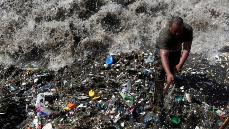 Inician campaña para salvar playa contaminada por basura — República Dominicana