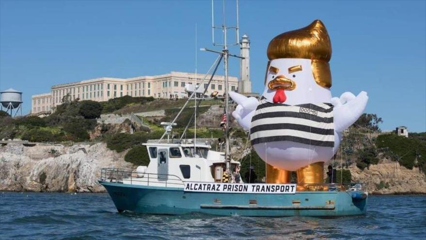 El 'pollo Trump' navega con uniforme de prisión en San Francisco