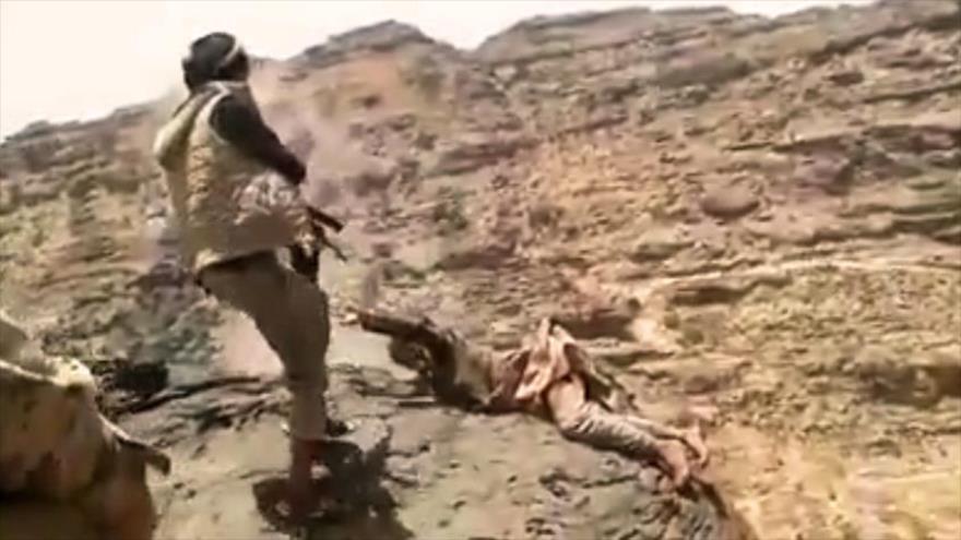 Vídeo impactante: Fusilan a cautivo yemení y lo arrojan de montaña