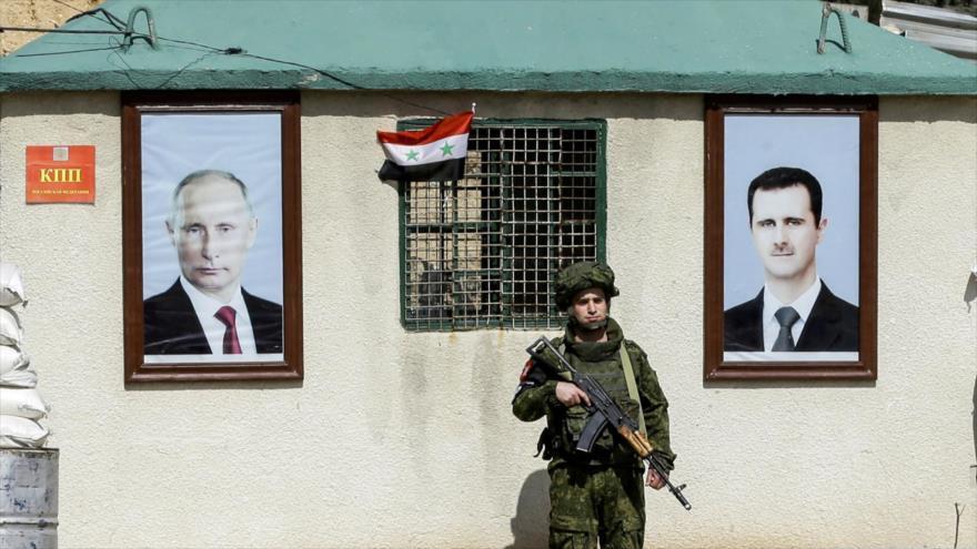 Militar ruso custodia un puesto a las afueras de Damasco.