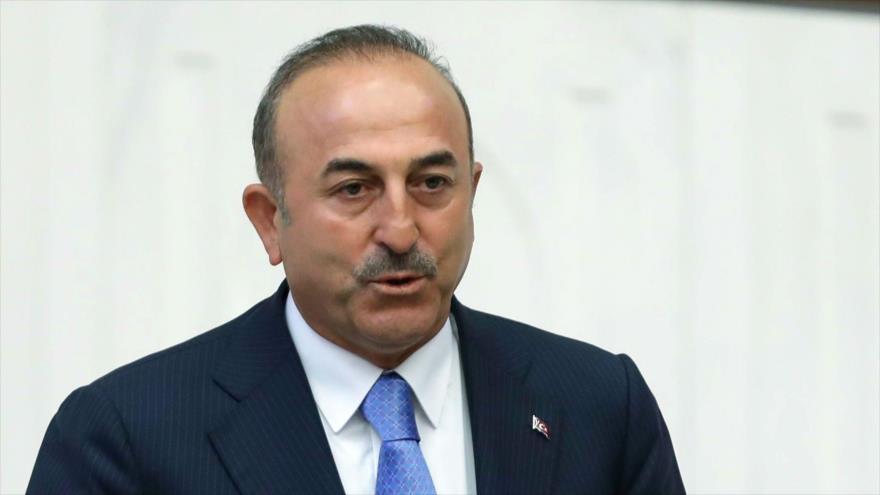 El recién nombrado canciller turco, Mevlut Cavusoglu, jura en la Gran Asamblea Nacional de Turquía en Ankara, 10 de julio de 2018.