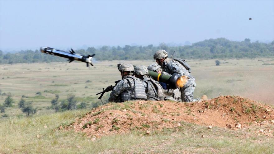 Soldados estadounidenses disparan un misil antitanque Javelin.
