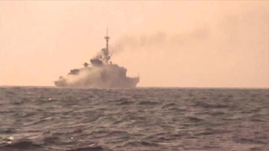 Columna de humo provocada por un ataque de las fuerzas yemeníes a un buque de guerra saudí en la costa occidental de Yemen.