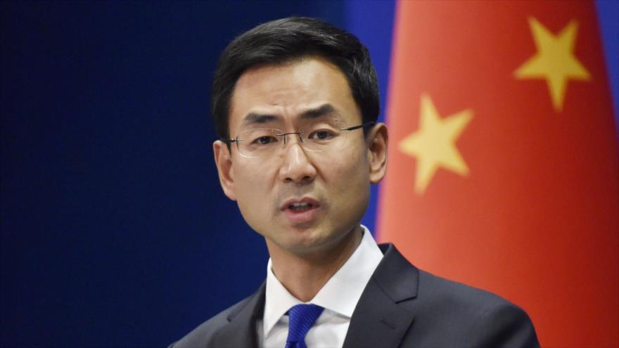 El portavoz de la Cancillería china, Geng Shuang, habla durante una rueda de prensa en Pekín, la capital china.
