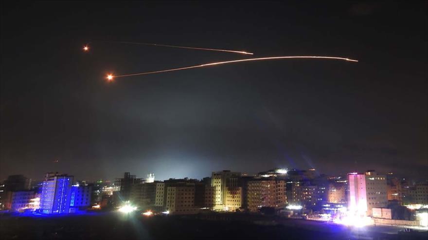 Los sistemas sirios de defensa antiaérea interceptan misiles israelíes en Damasco, 10 de mayo de 2018.