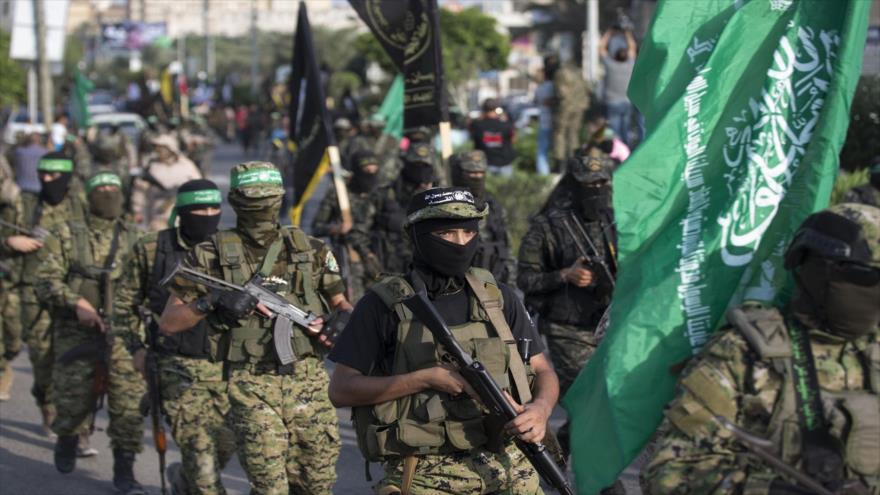 Combatientes de las Brigadas Ezzedin al-Qassam, el brazo militar de HAMAS, participan en un desfile militar en la ciudad de Gaza, 25 de julio de 2017.
