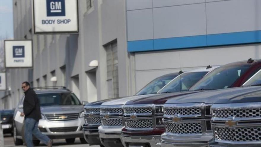 Varios vehículos de la compañía estadounidense Chevrolet aparcados frente a un centro de venta de la empresa automotriz GM.
