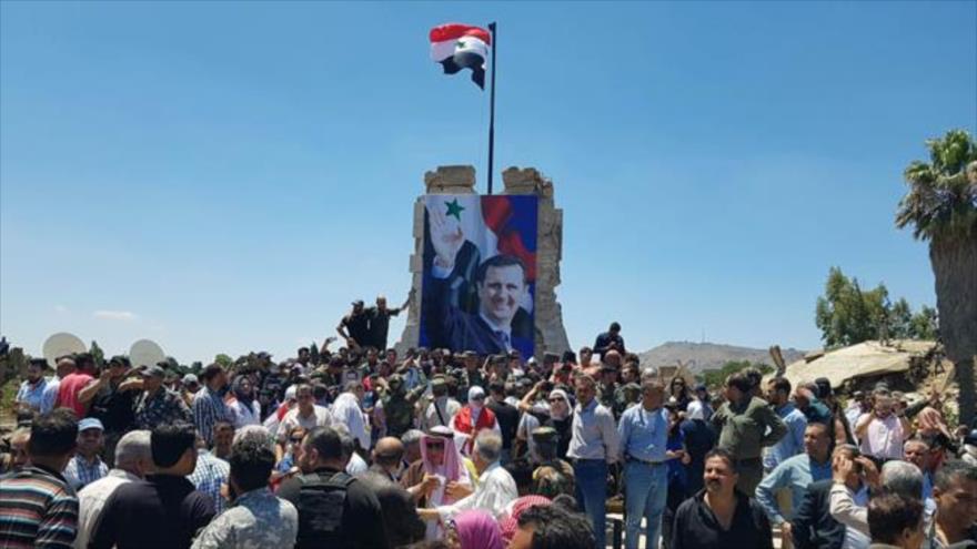 La bandera nacional de Siria ha sido izada en la plaza Al-Tahrir en la ciudad liberada de Al-Quneitra, 27 de julio de 2018.