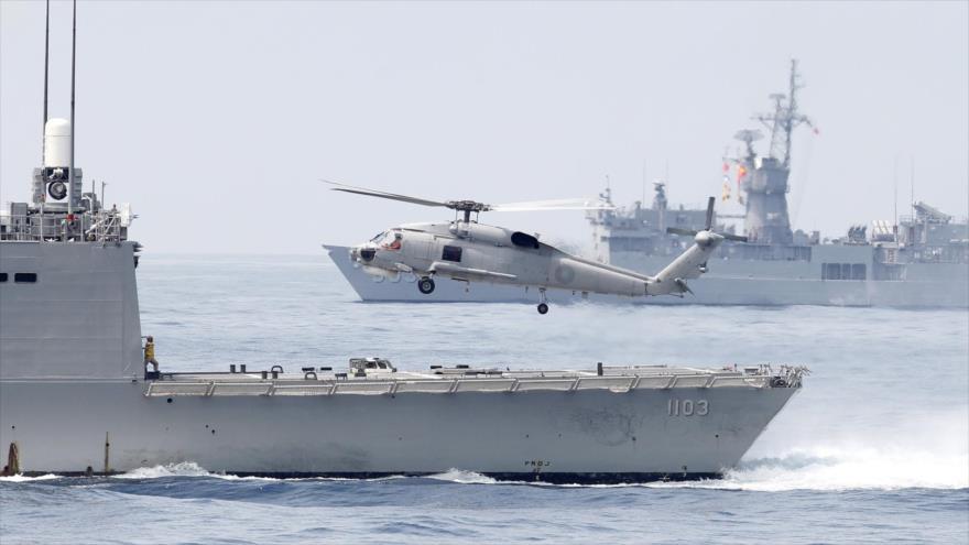 Un helicóptero de la Armada de Taiwán despega desde la popa de una fragata clase Perry durante un ejercicio militar.