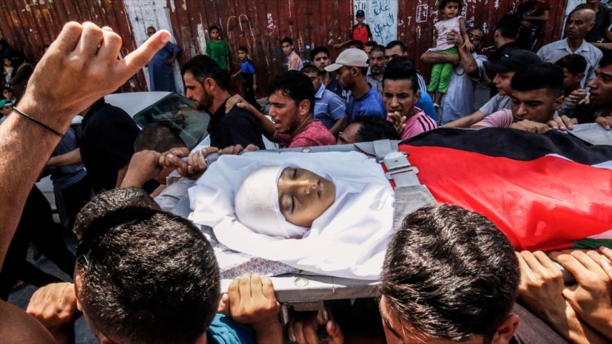 Los palestinos llevan el cuerpo de Mayid al-Sutari, de 12 años de edad, asesinado por las fuerzas israelíes en la Franja de Gaza, 28 de julio de 2018.