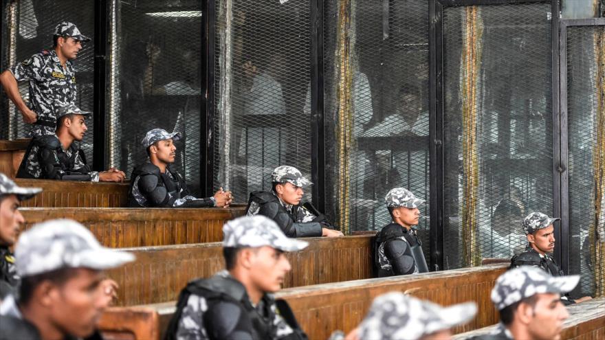 Miembros de los Hermanos Musulmanes son vistos durante su juicio en El Cairo, la capital egipcia, 28 de julio de 2018.