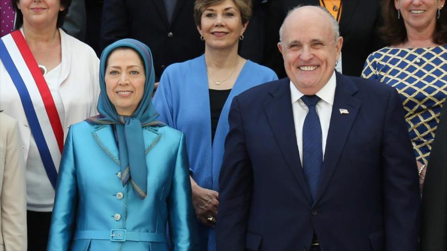 La líder del MKO, Maryam Rajavi, y el asesor legal de Donald Trump, Rudolph Giuliani, en una reunión en Villepinte, cerca de París, 30 de junio de 2018.