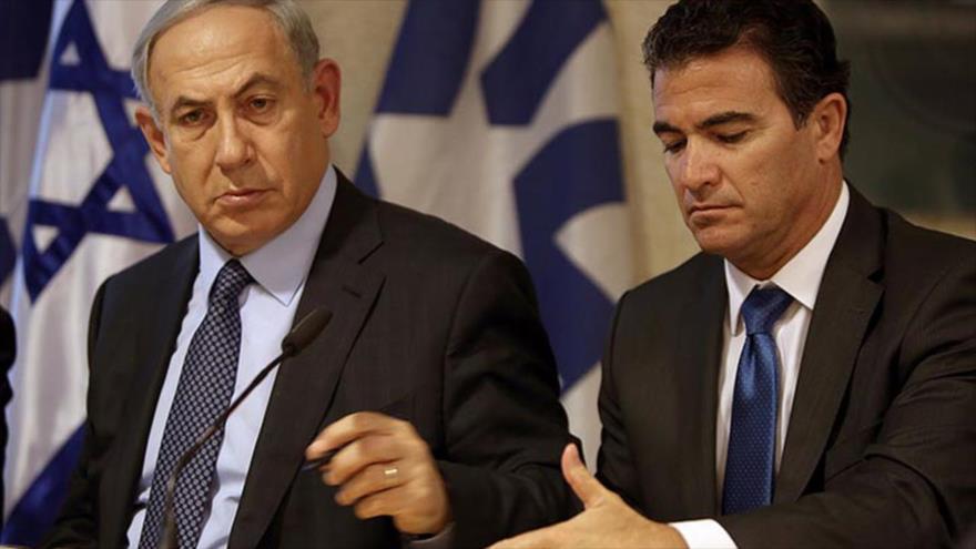 El premier israelí, Benjamín Netanyahu (izq.), junto al jefe del Mossad, Yosi Cohen, durante una reunión de ministros.