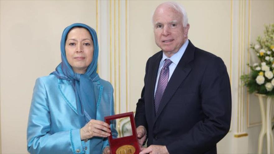 El senador estadounidense John McCain y la líder del grupo terrorista Muyahedin Jalq, Maryam Rayavi, en una reunión, 14 de abril de 2017.