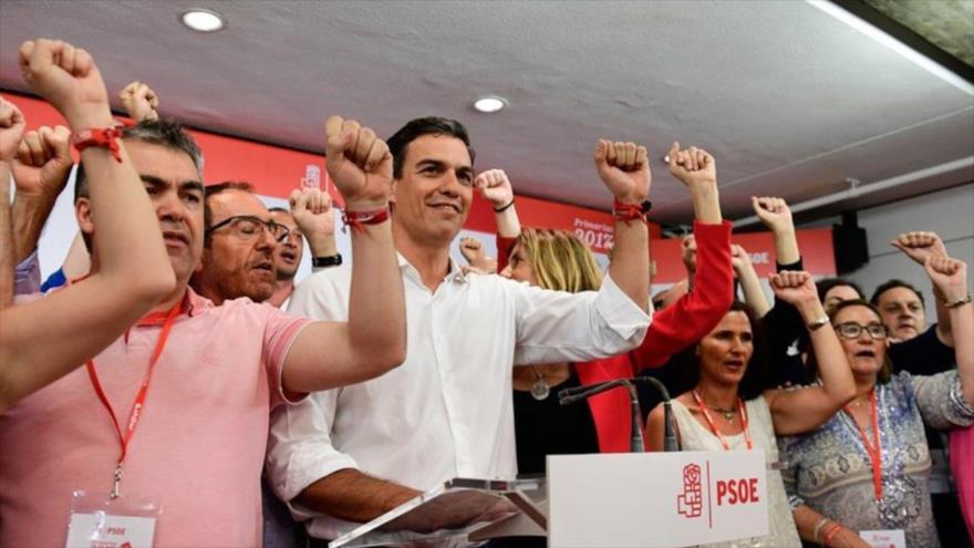 Los socialistas celebran la elección de Pedro Sánchez (centro) como el líder del POSE, mayo de 2017.