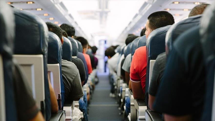 Pasajeros en un vuelo nacional estadounidense.