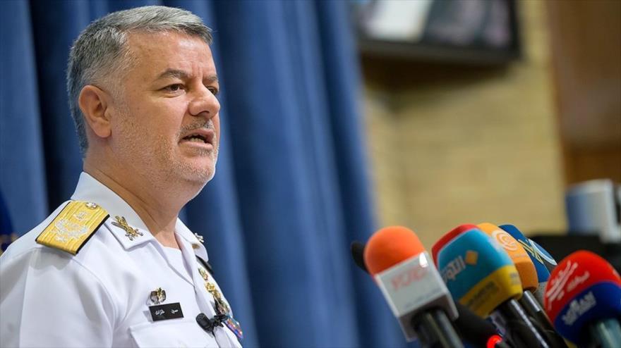 El comandante de la Fuerza Naval del Ejército de Irán, el almirante Hosein Janzadi, habla en una rueda de prensa, en Teherán, la capital.