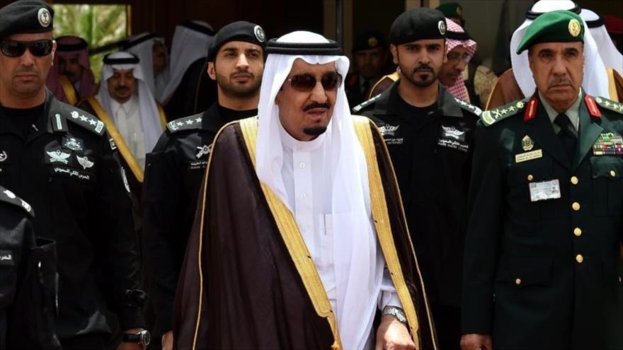 El rey saudí, Salman bin Abdulaziz Al Saud, junto con los militares de alto cargo, en un acto oficial en Riad, la capital de Arabia Saudí.