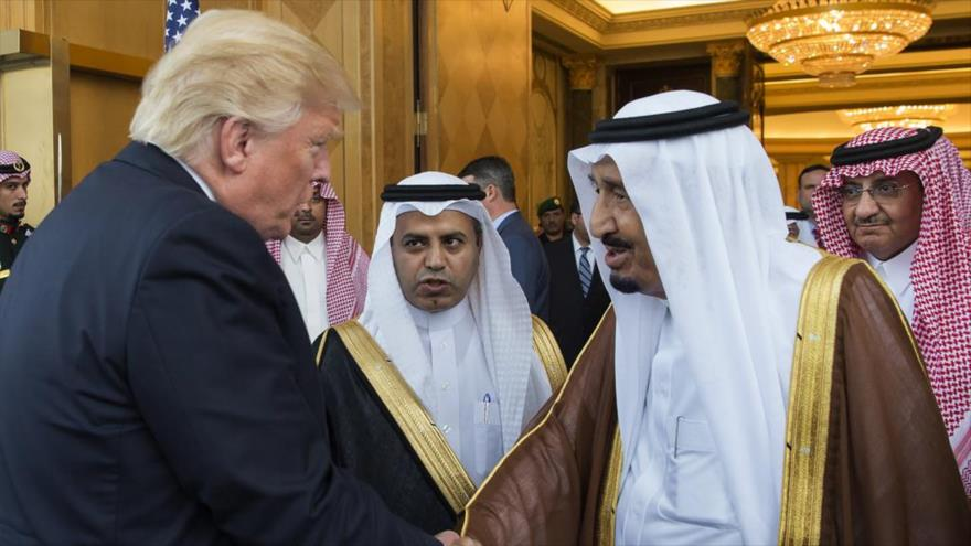 El presidente estadounidense, Donald Trump (izda.) junto al rey saudí, Salman bin Abdulaziz Al Saud, en Riad, la cpital saudí.