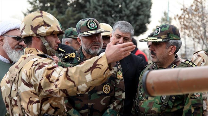El comandante de las Fuerzas Terrestres del Ejército iraní, el general de brigada Kiumars Heidari (centro) en una visita, 21 de febrero de 2018.