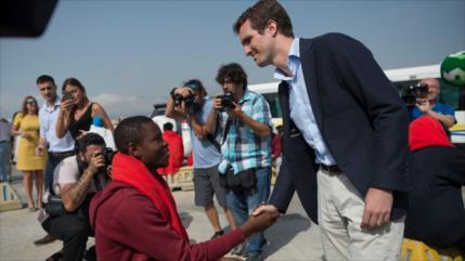 Podemos dice que Casado se toma foto con africanos por votos