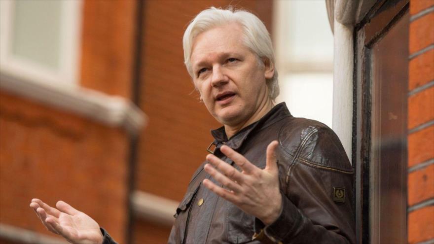 El fundador de Wikileaks, Julian Assange, en el balcón de la embajada de Ecuador en Londres (capital británica), 19 de mayo de 2017.