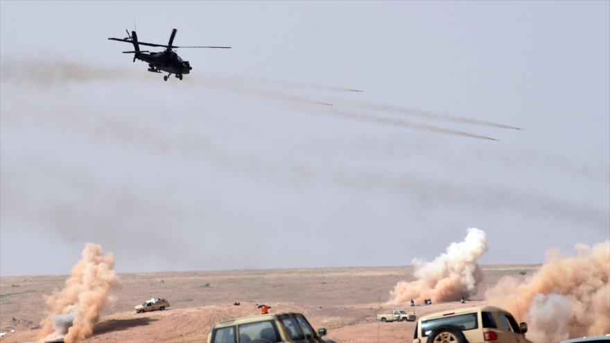 Un helicóptero durante unos ejercicios militares a 500 kilómetros al noreste de Riad, capital de Arabia Saudí, marzo de 216.
