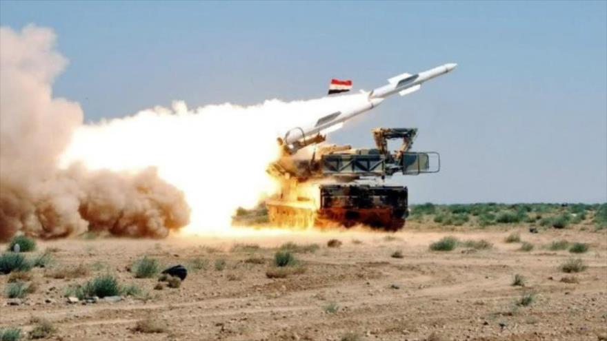 Una unidad antiaérea siria disparando sus misiles.
