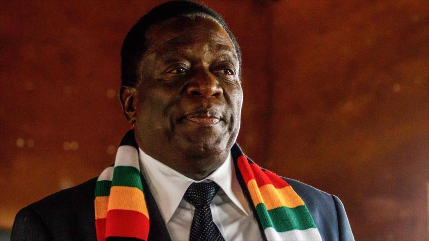 El presidente reelecto de Zimbabwe, Emmerson Mnangagwa, después de emitir su voto en las elecciones presidenciales, 30 de julio de 2018.