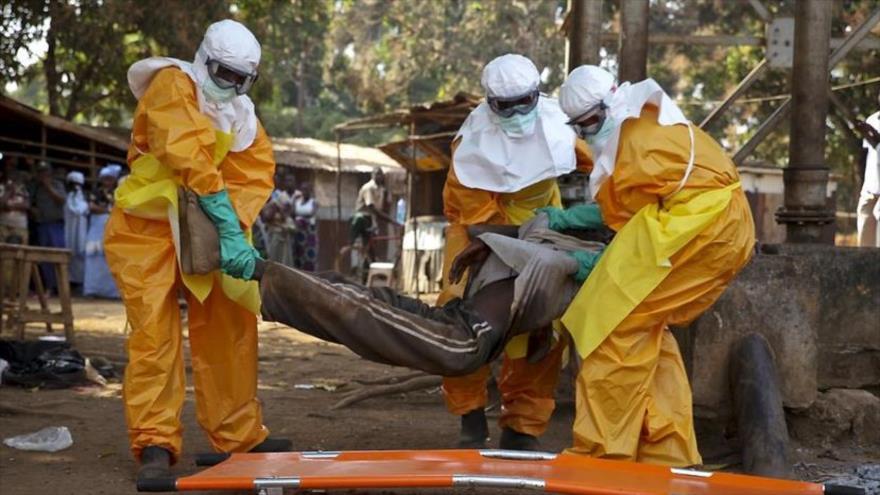 Agentes sanitarios trasladan a un afectado por el virus mortal del Ébola.