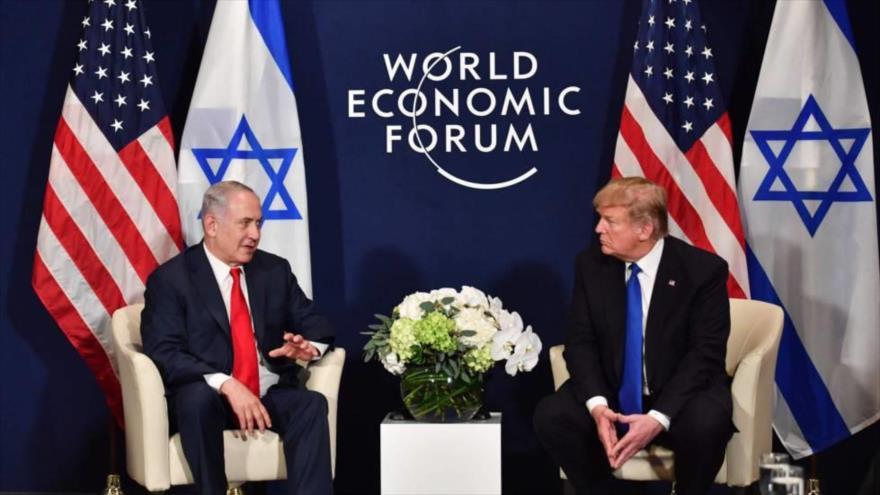 El premier israelí, Benjamín Netanyahu (izqda.) con el presidente de EE.UU., Donald Trump, en Suiza, 25 enero de 2018.